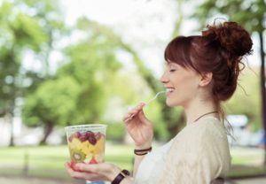 Frau mit Obst im Becher